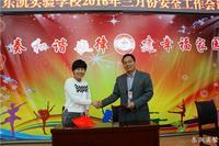 赵校长与部室主任签订《安全管理责任书》