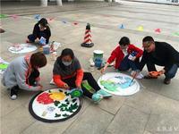 艺术组教师手绘井盖美化校园
